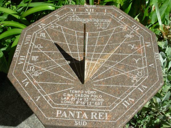 Meridiana orizzontale da giardino. Horizontal sundial for the garden
