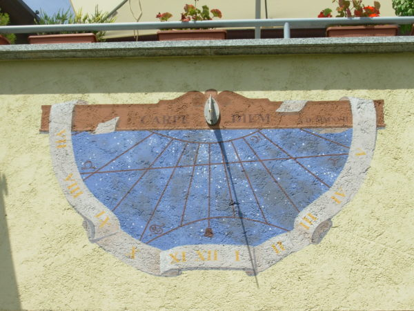 Meridiana, orologio solare affrescato. vertical sundial, frescoed