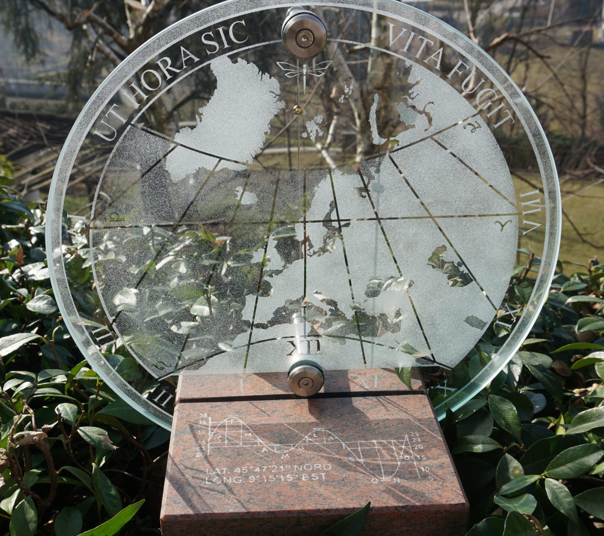 Meridiana trasparente da giardino. Transparent sundial for the garden
