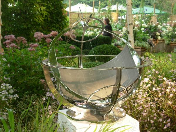 Meridiana equatoriale da giardino. Equatorial sundial for garden