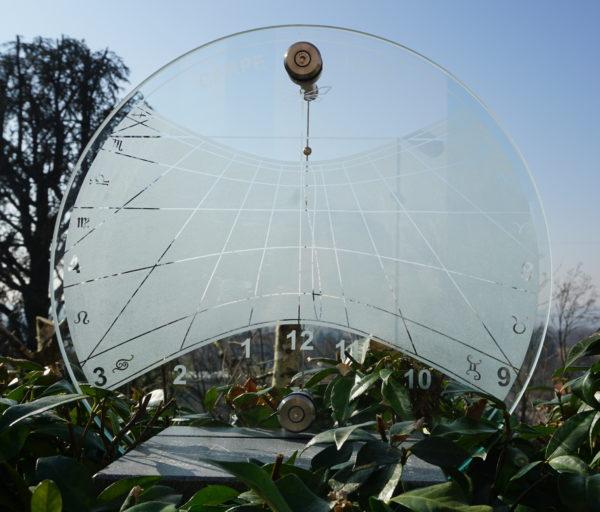 Meridiana con quadrante trasparente. Sundial with transparent dial