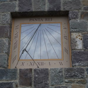 Meridiana dipinta in una nicchia. Sundial painted in a niche