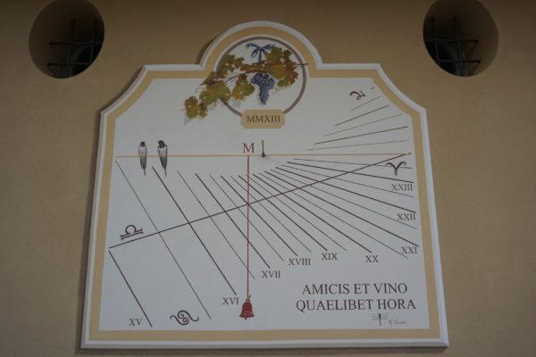 Meridiana italica con numerazione classica. Italic sundial with classic hourly number